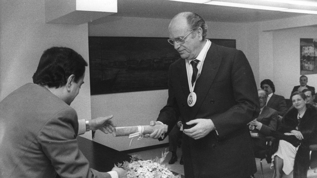 .Gerardo Fernández Albor, en el 1984, entrega un pergamino en el Club Gastronómico Rías Altas