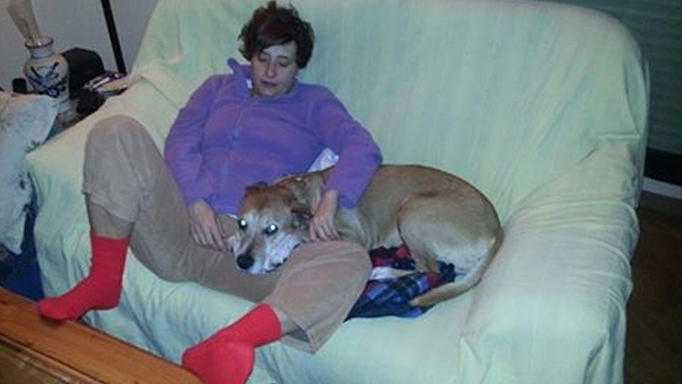 .Teresa Romero, junto al perro de la pareja, en una imagen colgada por su marido en el Facebook  de la Asociación Protectora Villa Pepa.