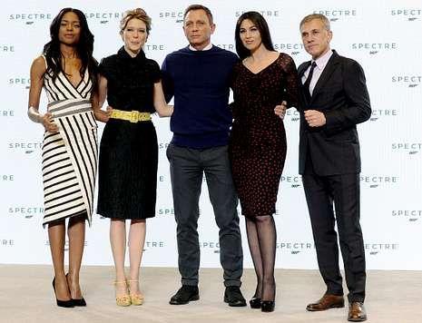 Daniel Craig, flanqueado por Naomi Harris, Léa Seydoux, Monica Bellucci y Waltz.