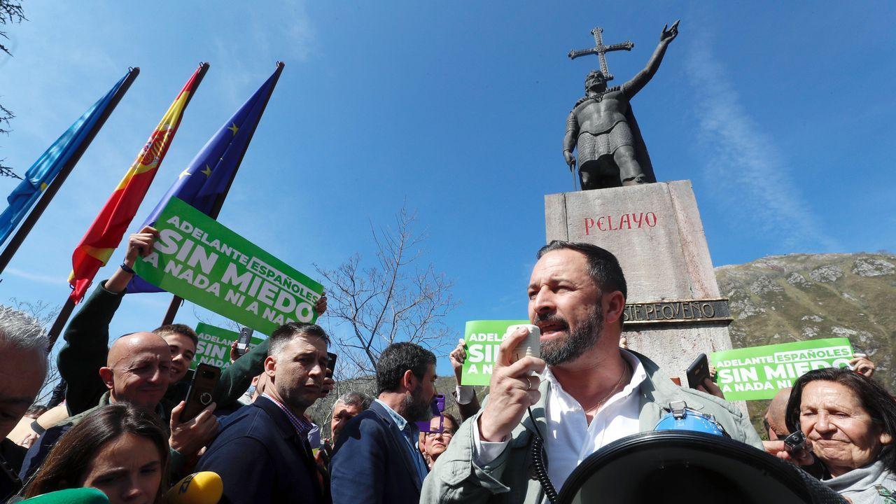 Mitin de Vox en el paso de los escudos.Santiago Abascal, ante la estatua de Pelayo en Covadonga