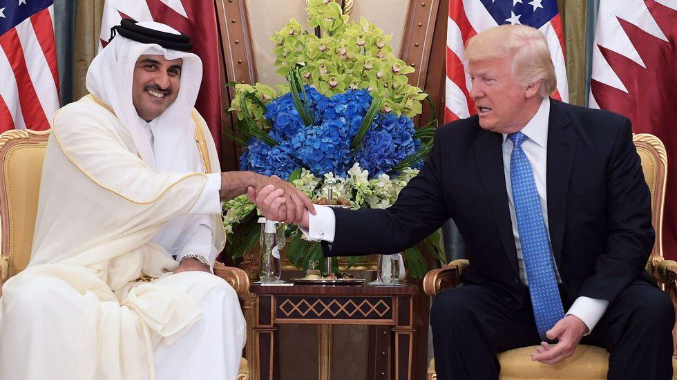 .Donald Trump estrecha la mano al emir de Catar en su ultima gira por Oriente Medio