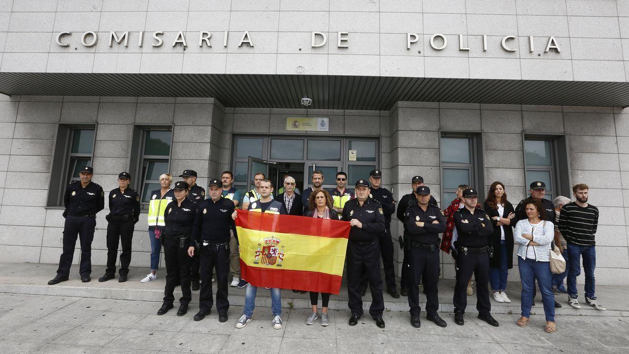 Concentración en la Comisaría de Viveiro contra el  acoso de los secesionistas  en Cataluña