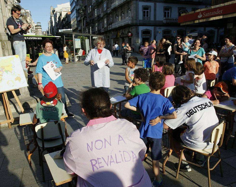 Los padres gallegos hicieron «exámenes» en la calle para protestar contra las reválidas