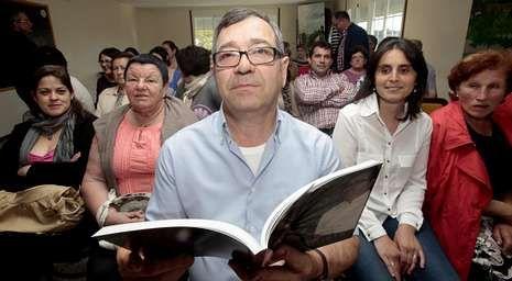 .El cocinero baiés Juan Bautista Mato, el domingo, con los vecinos de Tella.