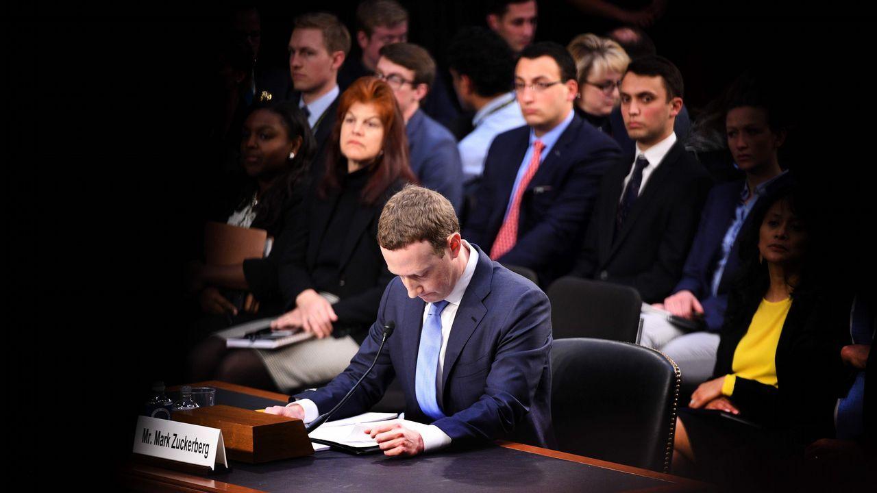 «Señor Zuckerberg: ¿Puede decirnos dónde durmió anoche?».Facebook