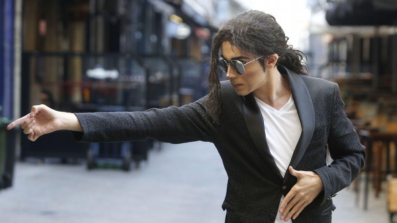 Michael.Álex Blanco, caracterizado como Michael Jackson, en la calle Estrella de A Coruña