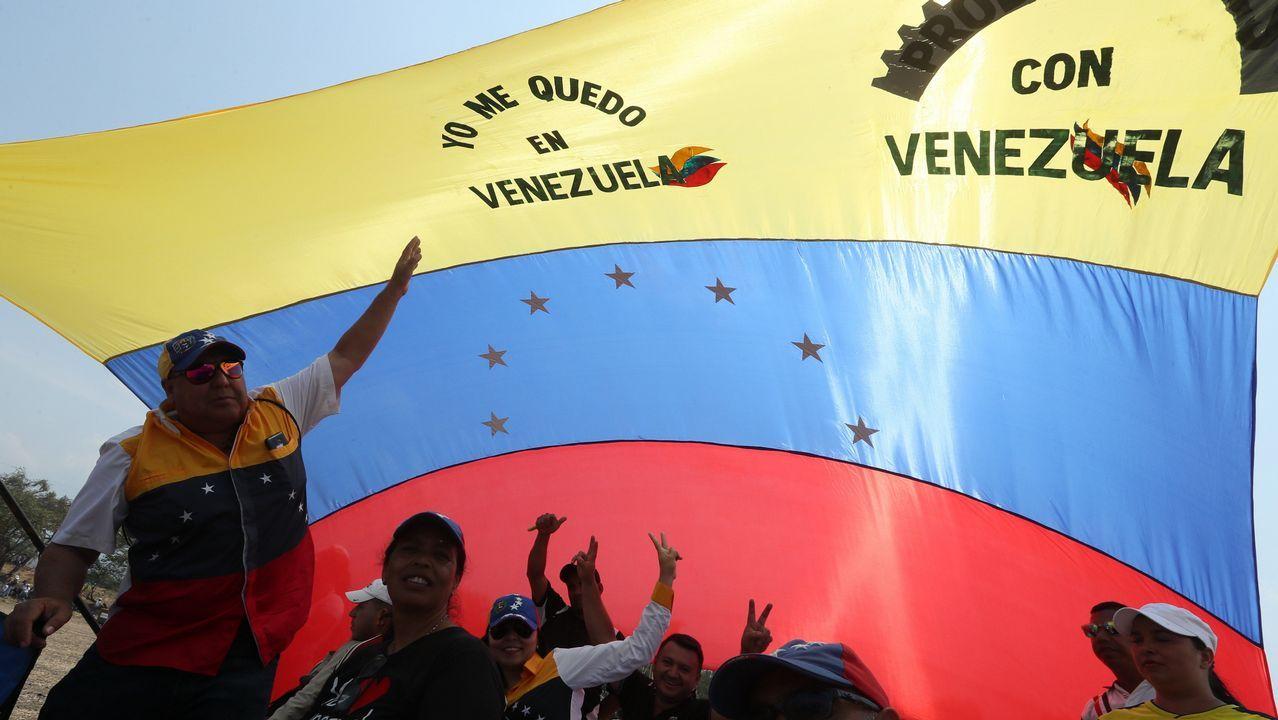 Un grupo de asistentes al concierto celebrado en el puente fronterizo de Tienditas, en Cúcuta (Colombia)