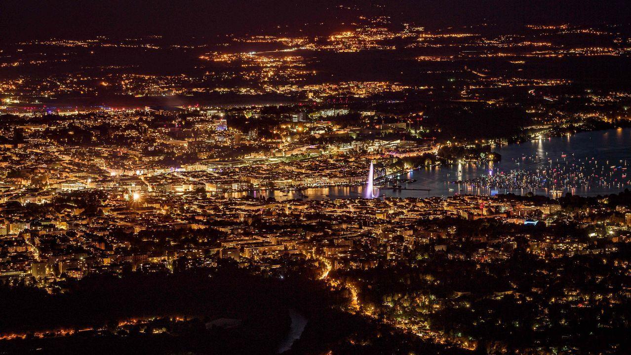 Esta fotografía hecha desde la montaña francesa de Saleve muestra una vista nocturna de la ciudad de Ginebra, al final del lago Lemán, con su fuente conocida como «Jet d'Eau»
