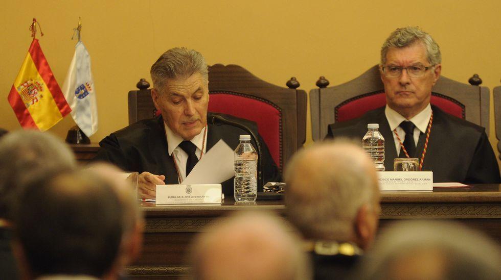 La inauguración de la calle Mauro Silva, en imágenes.Pena, a la izquierda, felicitando a Abalde el pasado diciembre tras las elecciones.
