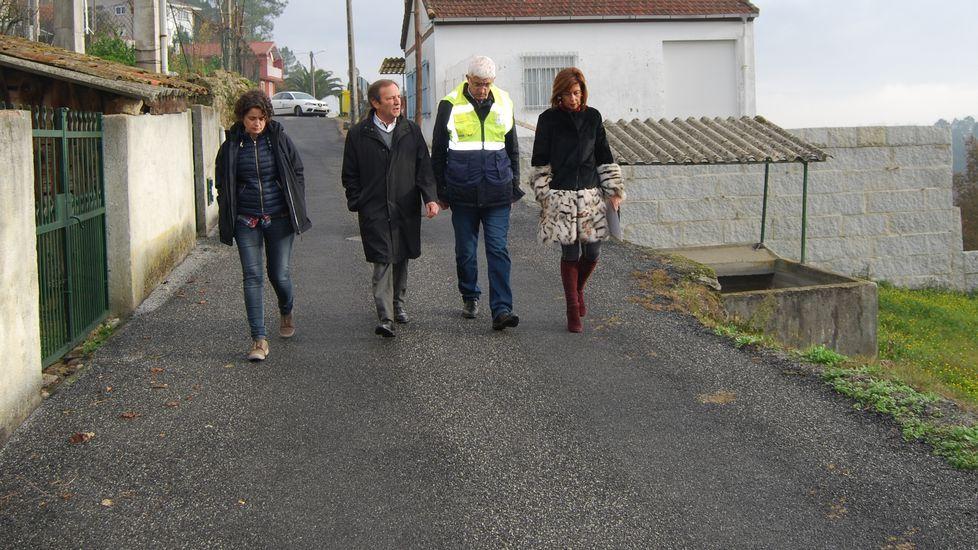 Registro de la casa familiar, en Toén, de los dos hermanos policías detenidos.Los detenidos, ayer, a su llegada a los juzgados de Ourense en los coches policiales