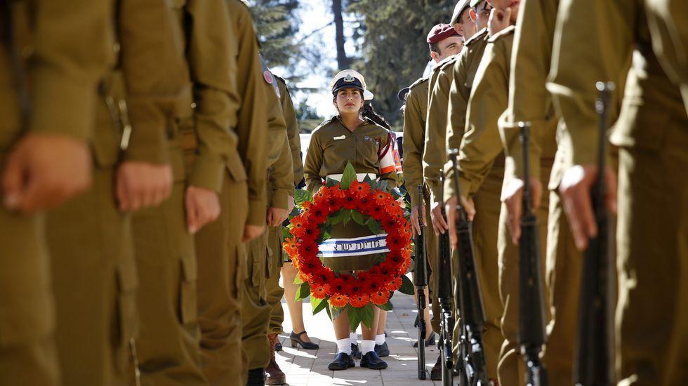 Una soldado sostiene una corona de flores durante el funeral de estado de Simon Peres