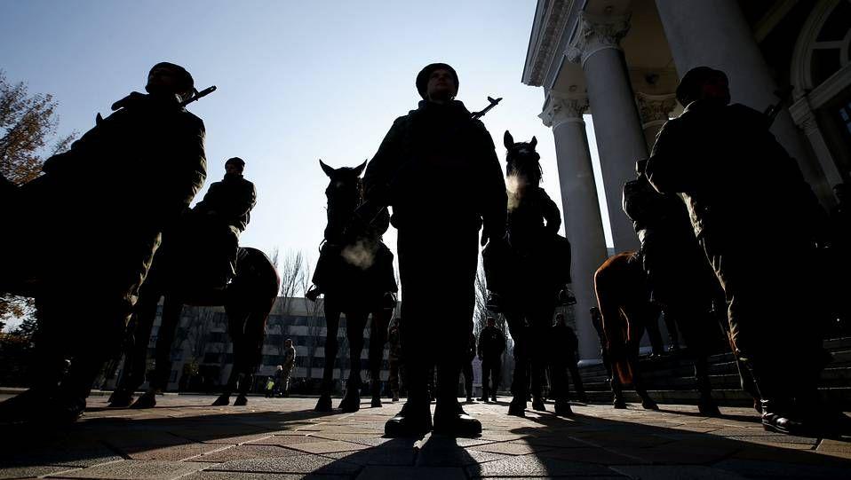 Miembros de la guardia de honor de Donetsk esperan la llegada del líder separatista Alexander Zakharchenko.