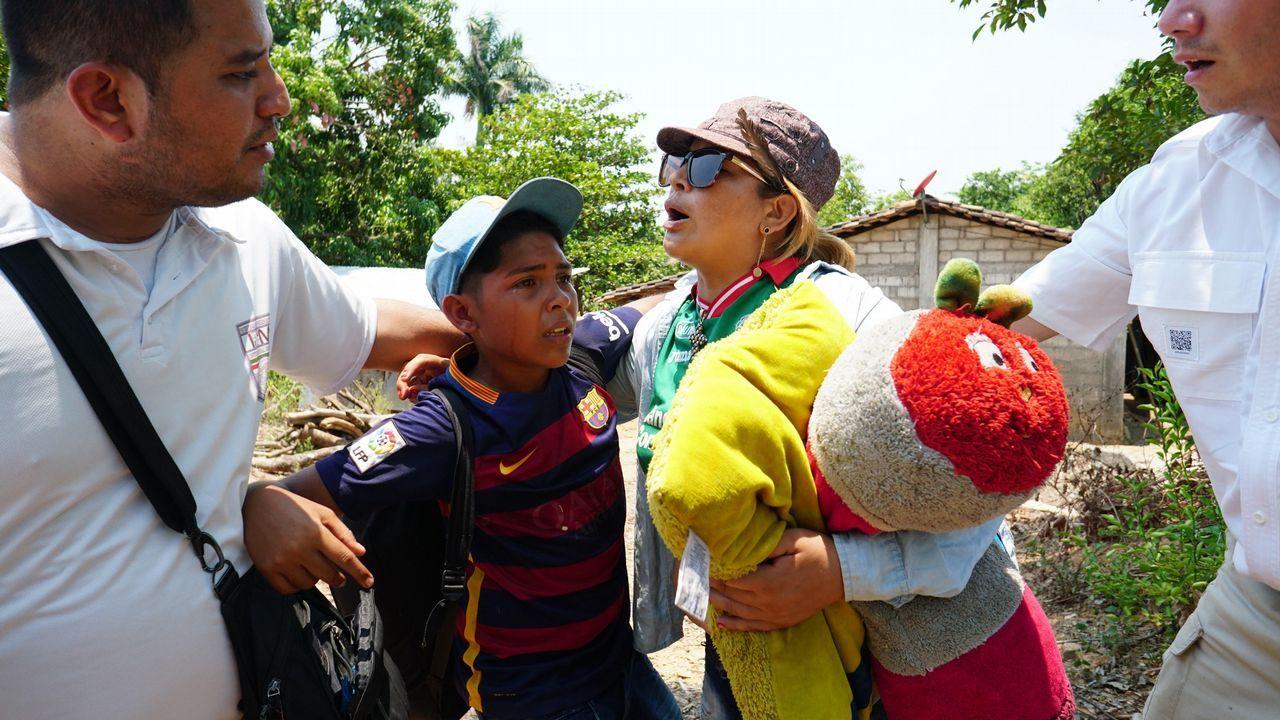 Miembros del Instituto Nacional de Migración de México  detienen a un niño y una mujer en el estado de Chiapas