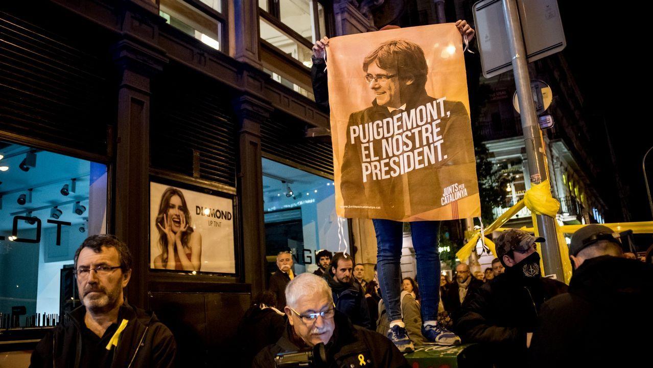 La manifestación de Tabarnia en imágenes.Carteles de apoyo a Oriol Junqueras