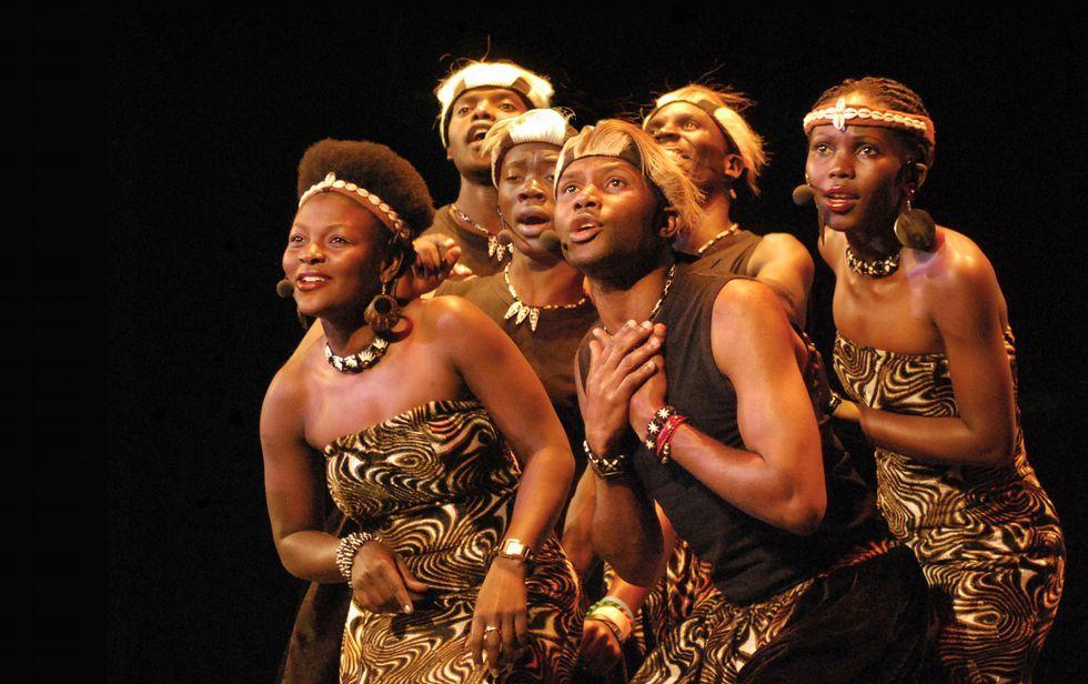 El papa inicia en Kenia su viaje a Centroáfrica.Aba Taano es un sexteto que nació de un proyecto humanitario en Uganda; ahora recorren los mejores escenarios del mundo con su música.