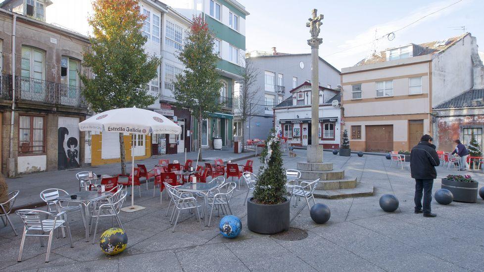 CRUCEIRO DE CANIDO AHORA. Semipeatonal y con terrazas. El que hoy es el nuevo símbolo de Canido, un espacio con una zona reservada para peatones y dinamizada por las terrazas de los locales, no hace tanto se limitaba a ser una rotonda, un espacio de paso donde hacían parada hasta los autobuses.
