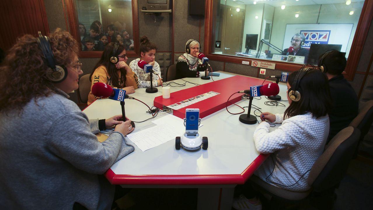 Los móviles del Mobile.Francisco Bellas visitó esta semana Radio Voz y mostró el Robobo (en primer término) a los alumnos del colegio de A Laxe (Valón)