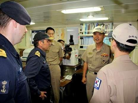 Un momento de la reunión entre el mando español y el coreano.
