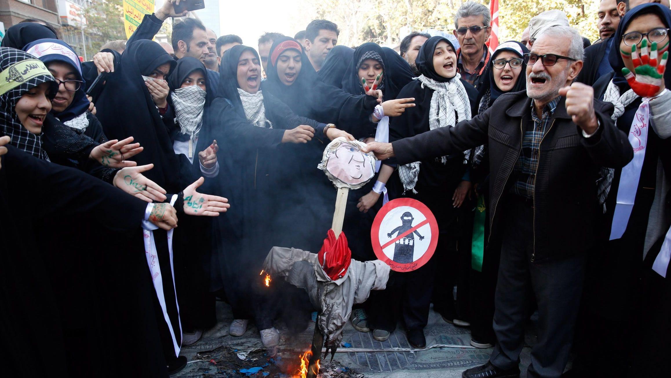 Un grupo de iraníes queman un muñeco de Trump