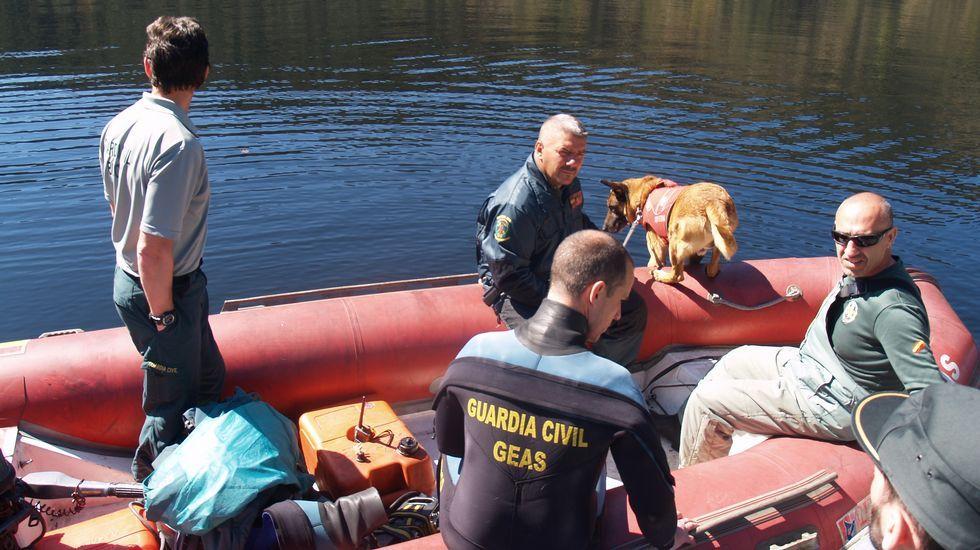 Buscan a Emilio Pintor en el Miño con un perro especializado en rastreo en el agua.Visitantes en el exterior de la iglesia chantadina de Nogueira de Miño, que forma parte de las rutas de Semana Santa