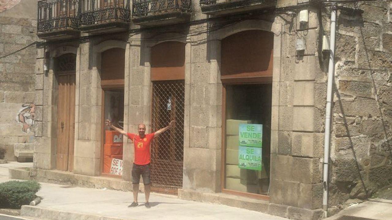 Delante de la casa de su abuelo en A Cañiza