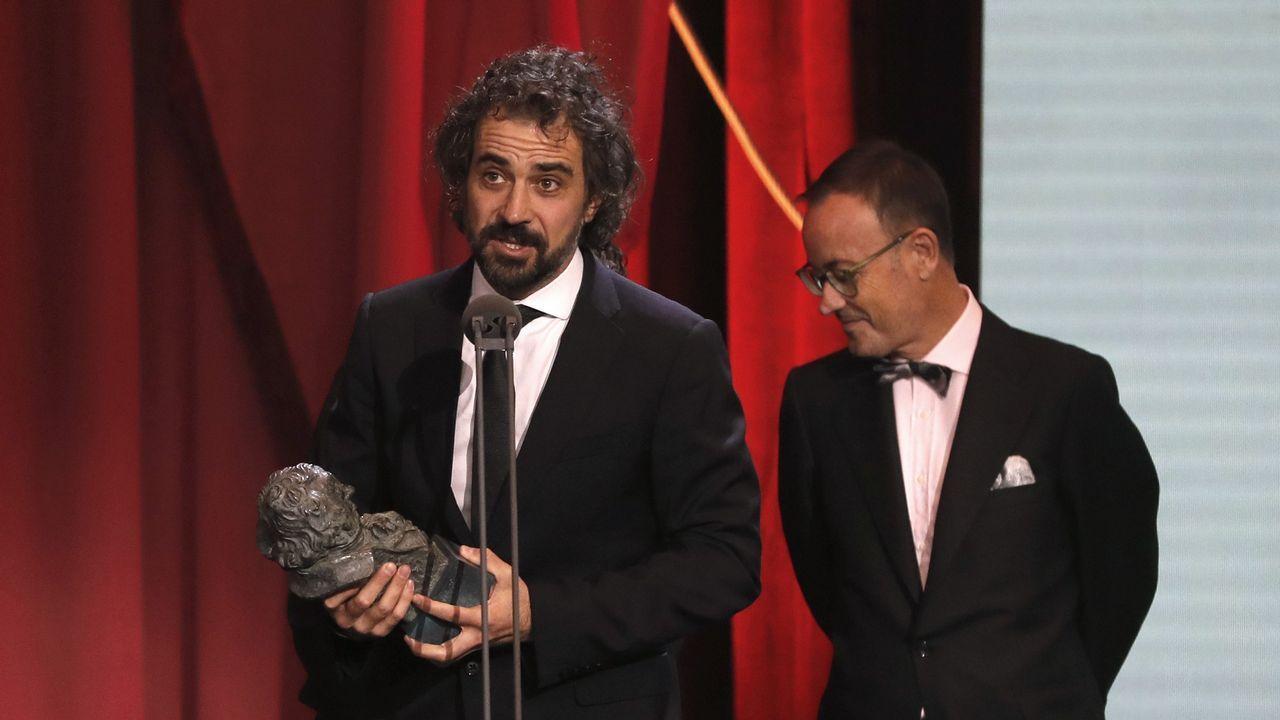 El realizador Álvaro Brechner (i) tras recibir el galardón a mejor guión adaptado por su trabajo en «La noche de los 12 años».