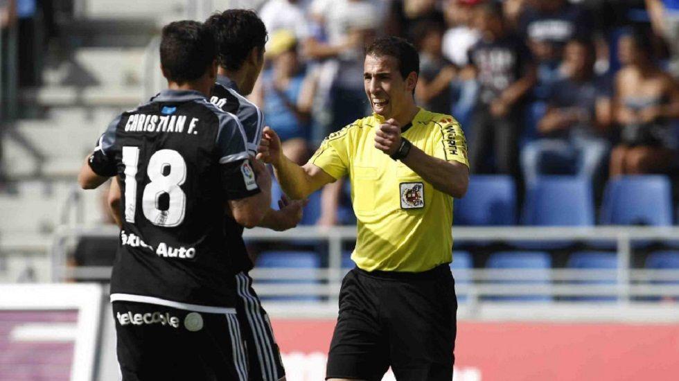 Perez Pallas Erice Torro Christian Fernandez Tenerife Real Oviedo.Torro y Christian protestan a Perez Pallas el penalti señalado de Erice