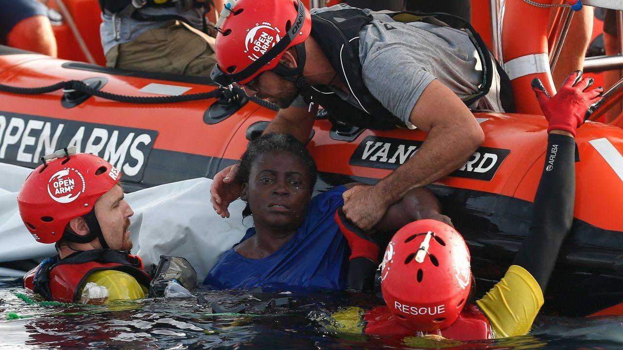 Miembros de Open Arms trabajan en el rescate de una mujer en el Mediterráneo