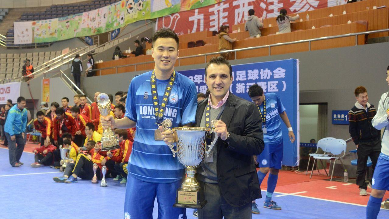 Bruno recoge el trofeo de subcampeón de la Liga china con el Zhejiang Dragon FC