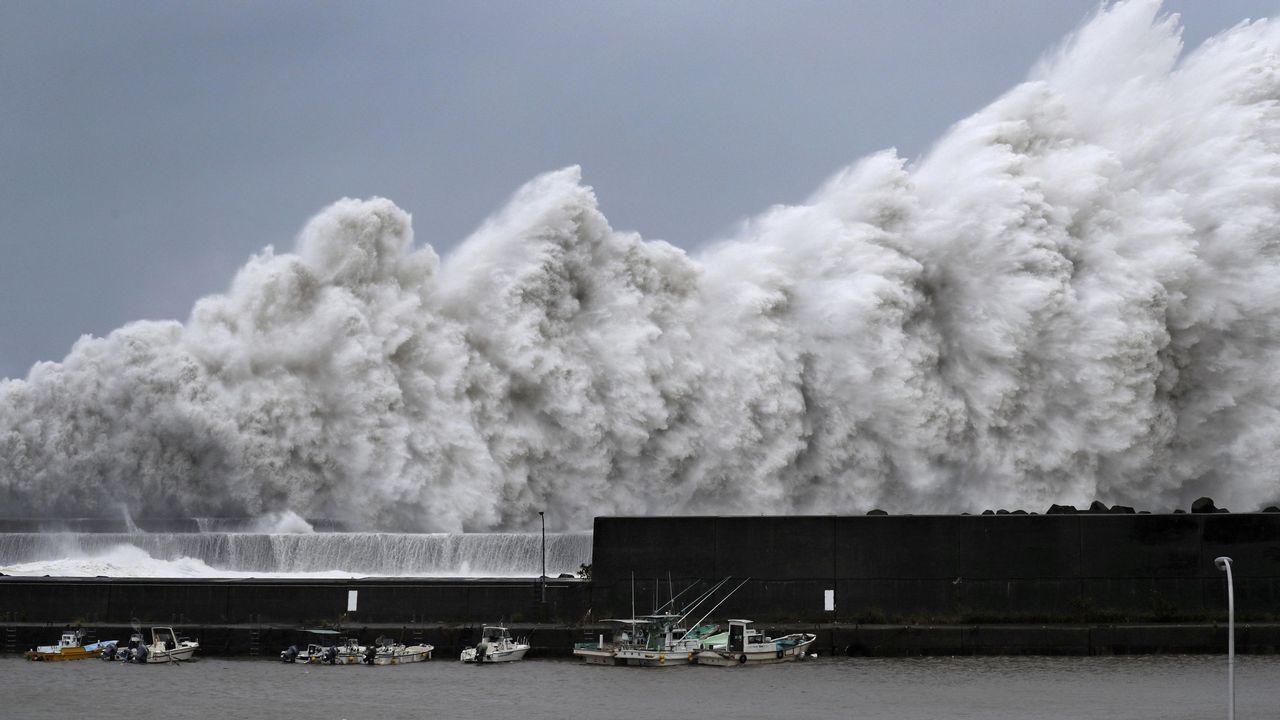 Las altas olas desencadenadas por el tifón Jebi, en Japón