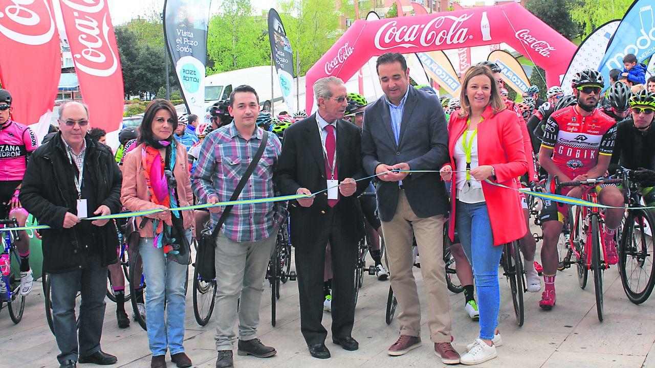Corte de cinta de una etapa de la Vuelta a España con Cristina Álvarez a la derecha