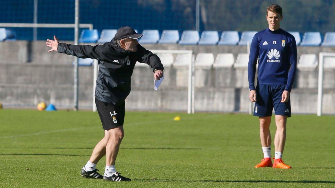 Anquela Hidi Requexon Real Oviedo Horizontal.Anquela da ordenes durante el entrenamiento