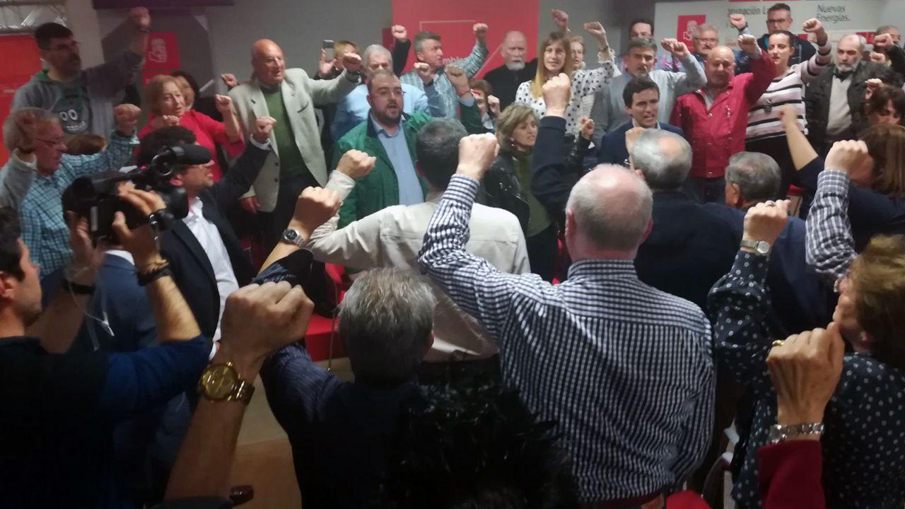 Pedro Sánchez come en una sidrería de El Entrego rodeado de miembros de su equipo y de los alcaldes de Laviana y San Martín, Adrián Barbón y Enrique Fernández.Adrián Barbón en la asamblea de Gijón
