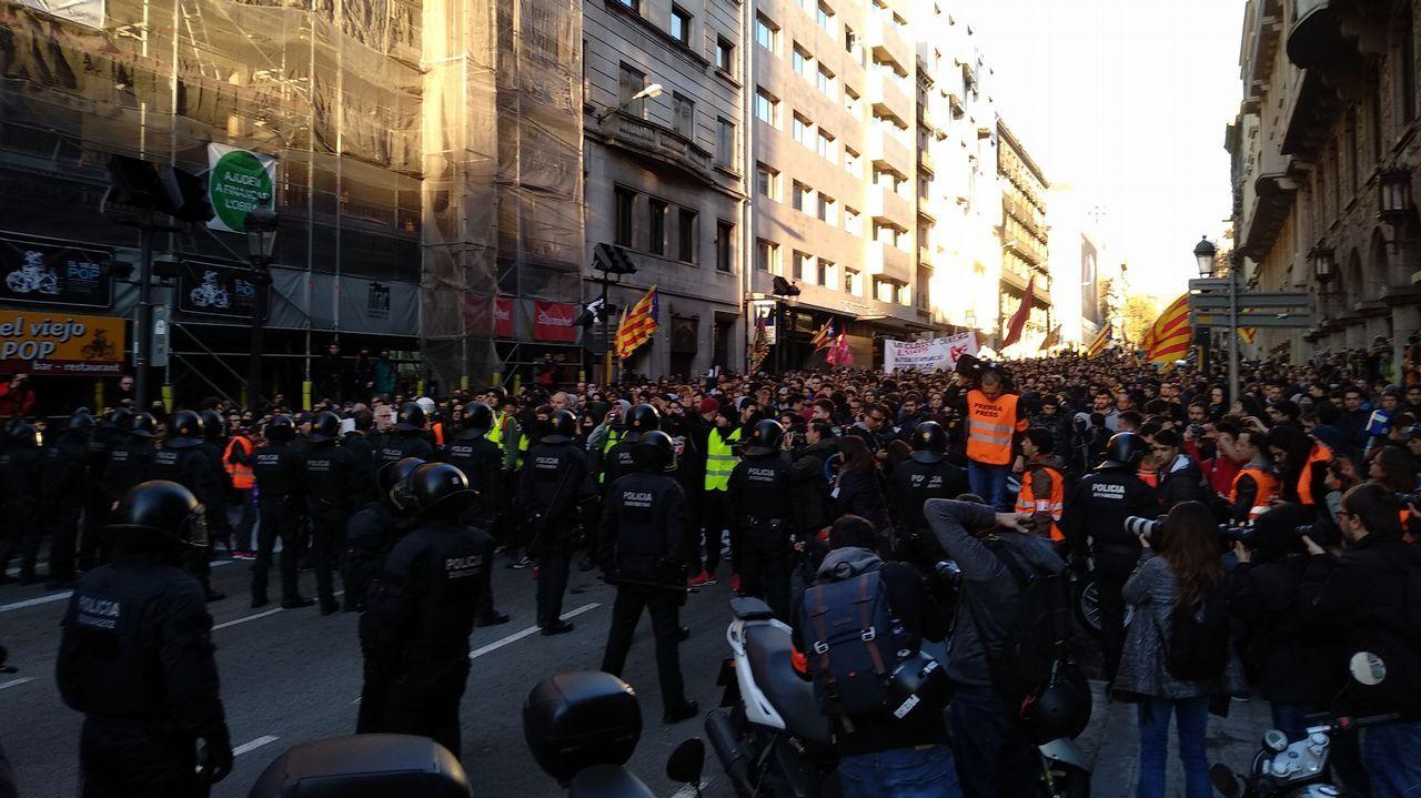 Manifestantes de los CDR y Mossos d'Esquadra en la Via Laietana de Barcelona.