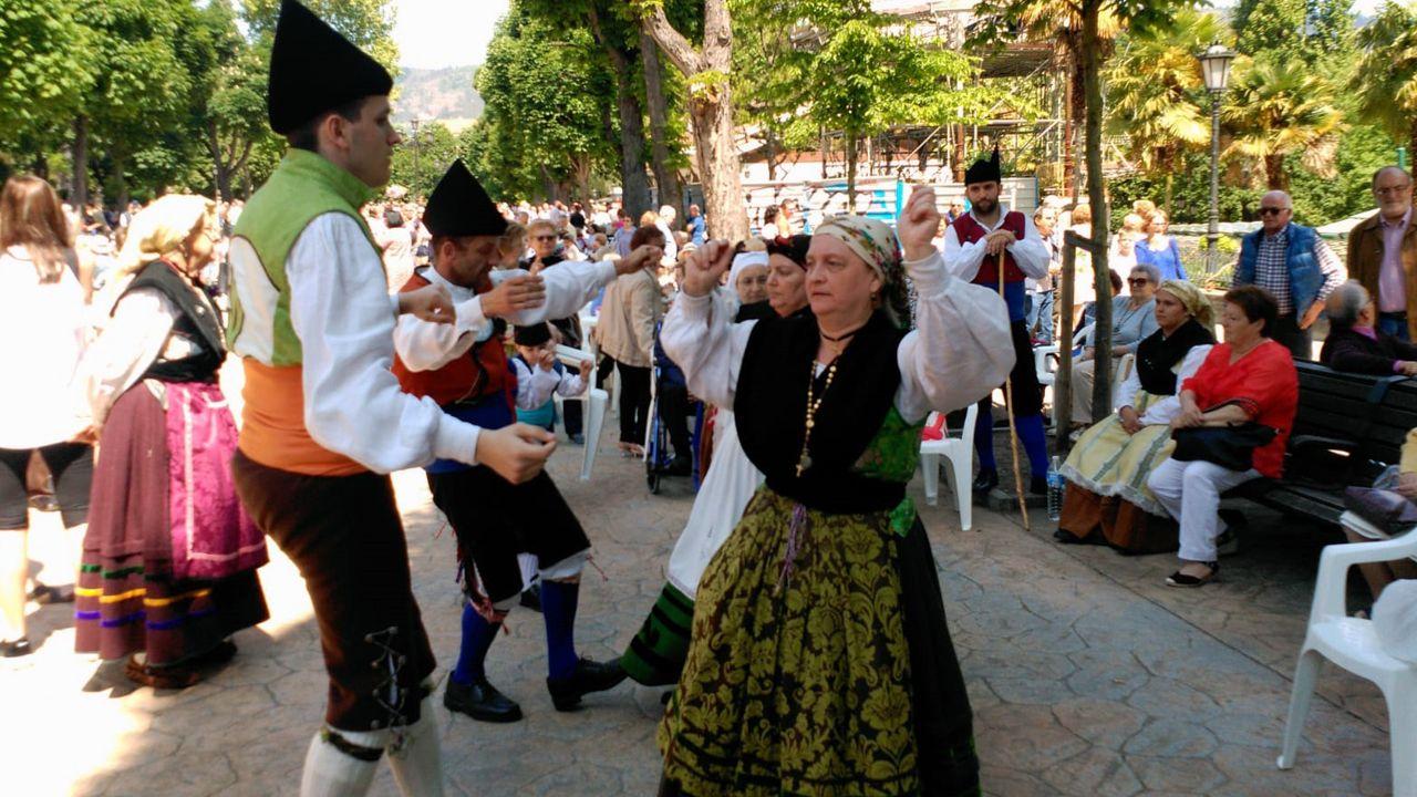 La música tradicional animó el reparto del bollu en el Campo San  Francisco, durante el Martes de Campo