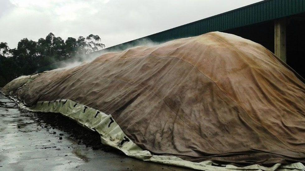 .Compostaje de una pila de lodos bajo membrana con ventilación forzada