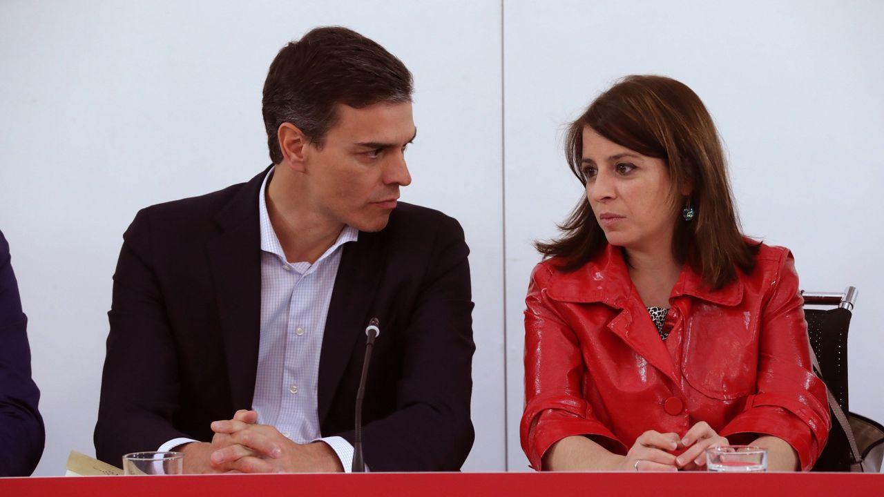Pedro Sánchez, entre el secretario de Organización del PSOE, José Luis Ábalos, y la presidenta, Cristina Narbona