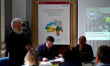 Tonucci, a la izquierda, introdujo la intervención de Lores y Macenlle ante los expertos italianos en movilidad.