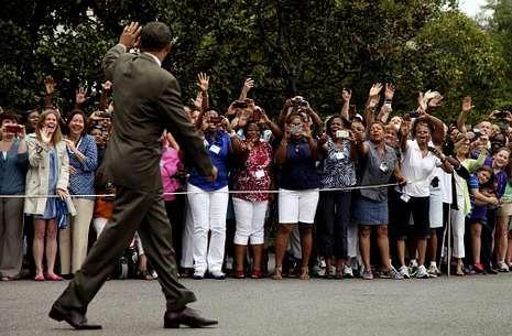 Los galardonados en los Globos de Oro.Obama saluda a un grupo de seguidores que lo jalean en los jardines de la Casa Blanca.