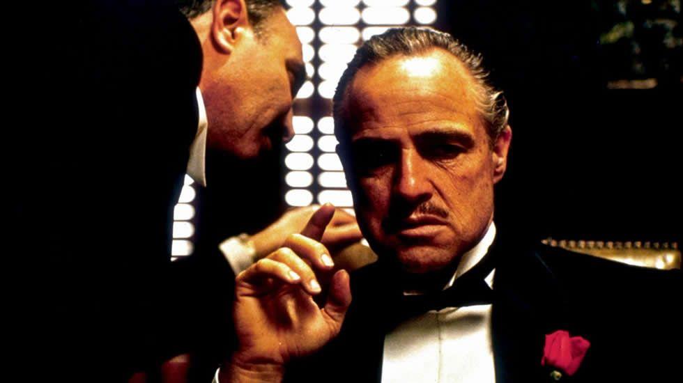 Dirigida y adaptada por Coppola, «El Padrino» se convirtió en todo un clásico de la historia del cine. A pesar de estar poco convencido del resultado de su película, que consideraba «larga, lenta y oscura», el director se hizo con esta primera entrega de la que acabó siendo una inquietante saga familiar, con tres Oscars (mejor película, guión adaptado y actor). Seis meses después del estreno, «El Padrino» se convirtió en la película más taquillera de la Historia.