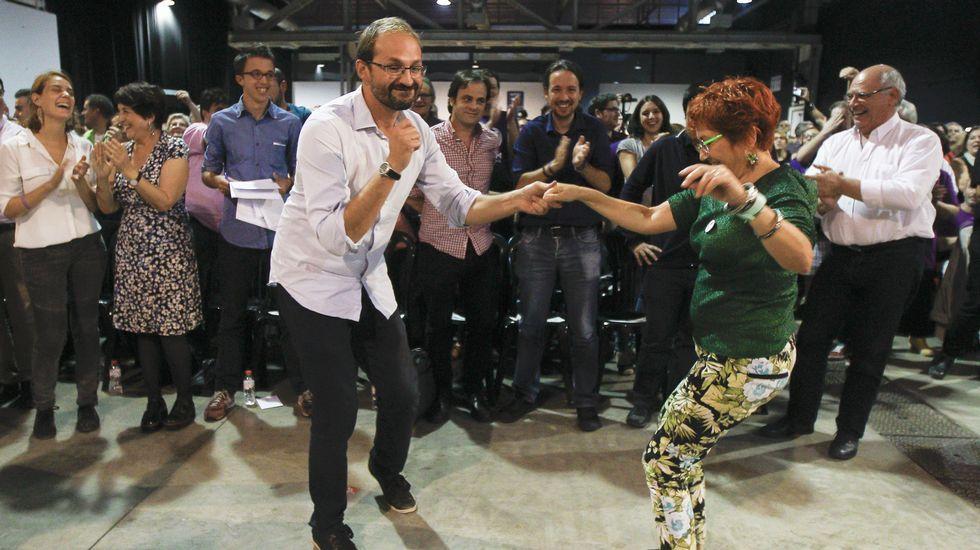 Nueva jornada negra en aguas del Egeo.Joan Herrera (ICV) baila con una simpatizante el himno de campaña de Catalunya Si que es Pot, aplaudidos por Pablo Iglesias y el candidato Rabell, mientras Errejón se sonríe.