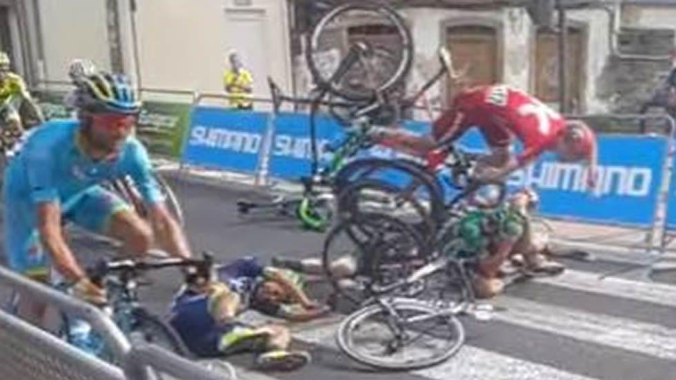 La accidentada llegada de La Vuelta a Lugo, en cámara lenta