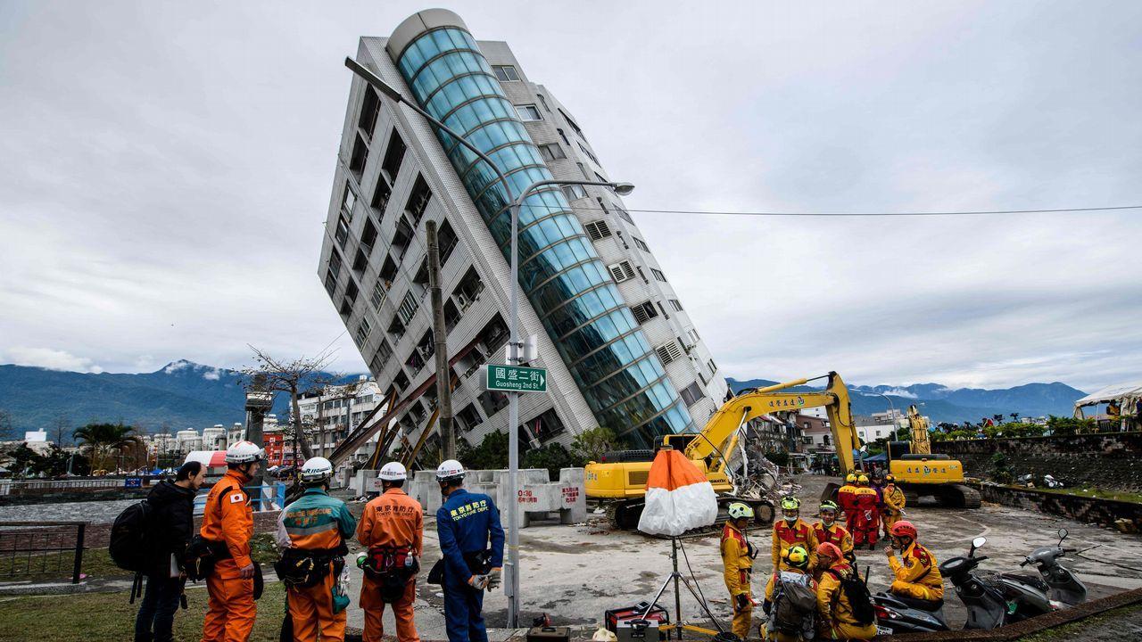 Taiwán investigará la construcción de un edificio hundido por un seísmo
