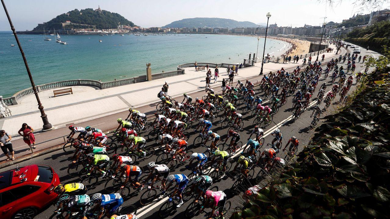 El francés Thibaut Pinot (Groupama FDJ) en los últimos metros de la decimoquinta etapa de la Vuelta disputada entre Ribera de Arriba y Lagos de Covadonga