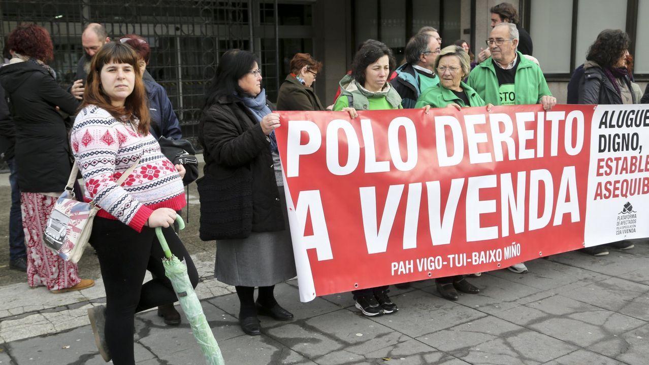 El Congreso vota hoy a favor de iniciar la transferencia de la AP-9 a Galicia.Colectivos de memoria histórica se concentraron ayer frente al Congreso