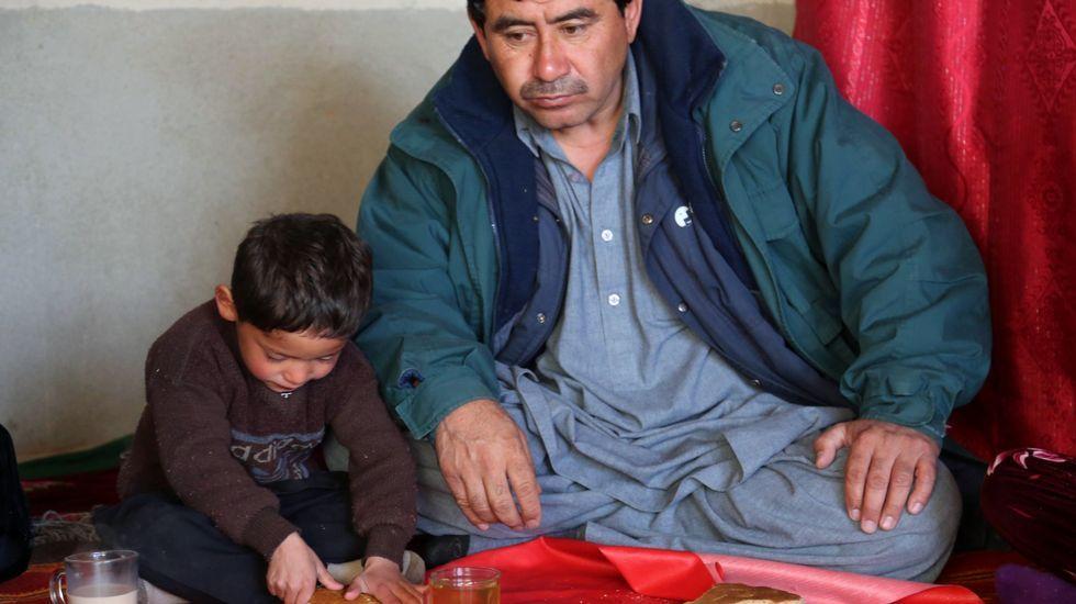 Murtaza, con su padre, desayunando