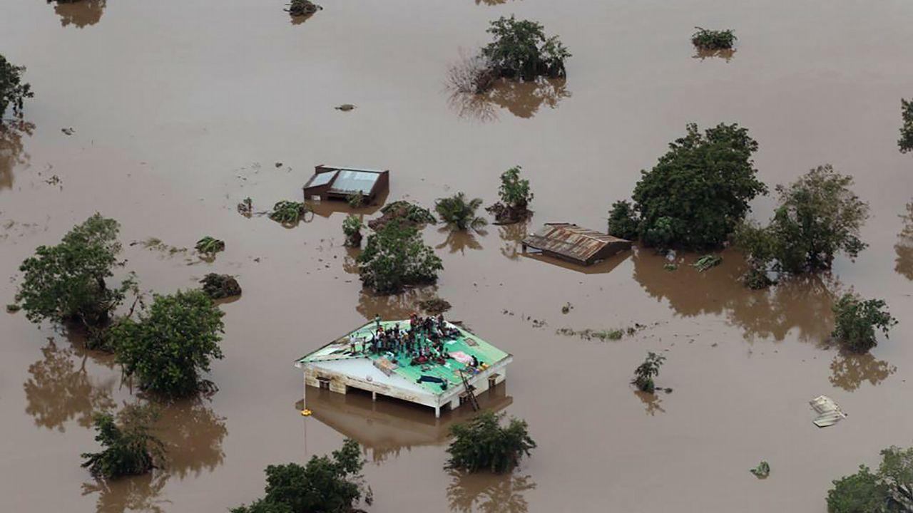 Vista aérea de una de las zonas afectadas por las inundaciones, donde un grupo de personas permanecen sobre un tejado