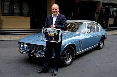 .Boyd, sosteniendo, el pasado día 25 en Londres, un maletín con su nueva novela, «Solo».