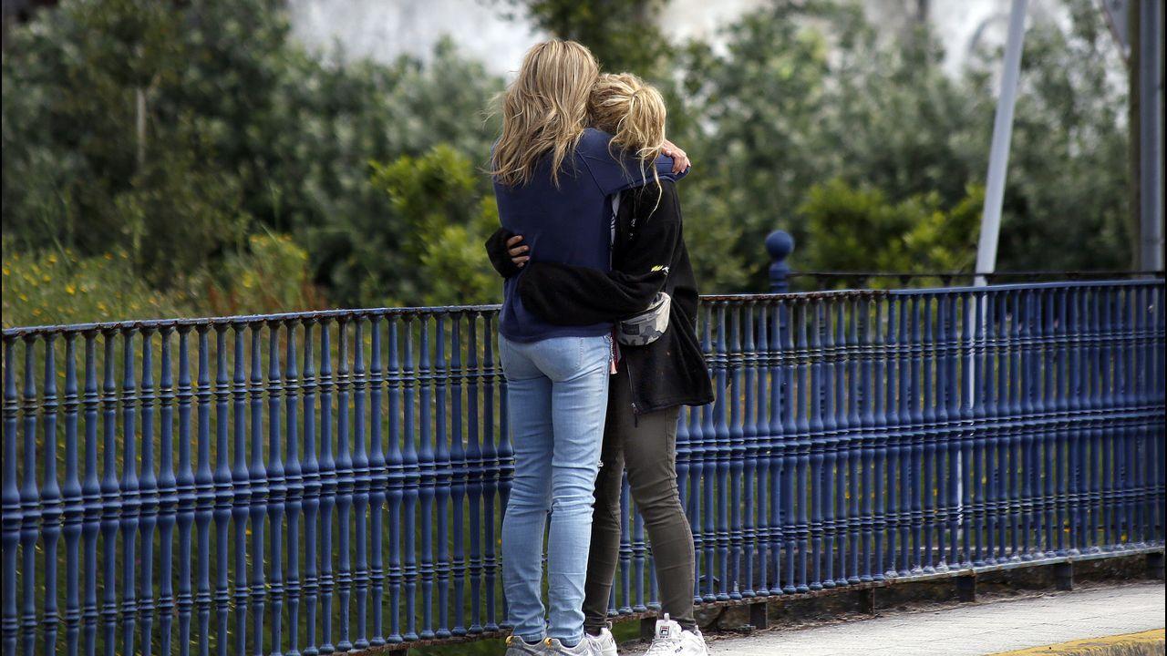 La madre y la hermana de Diana se abrazan después de que no les dejasen acercarse al Chicle