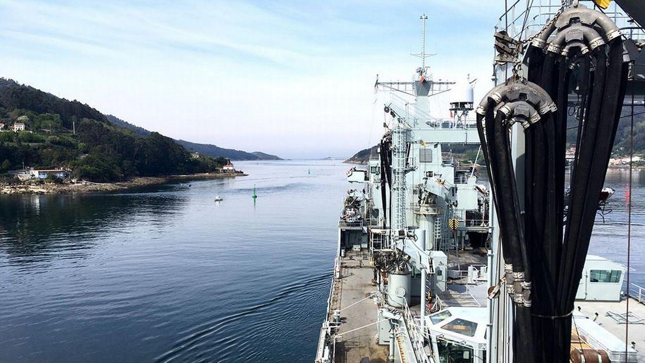 El buque logístico A-15, durante la maniobra de salida de su base, en Ferrol, el pasado lunes